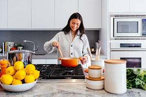 Frau am kochen