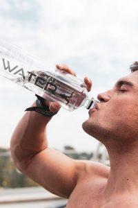 Ein Sportler trinkt Wasser